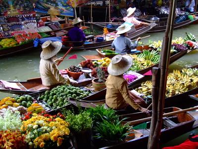 在餐馆里卖泰国工艺品